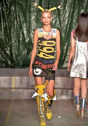 Modell klädd som pikachu